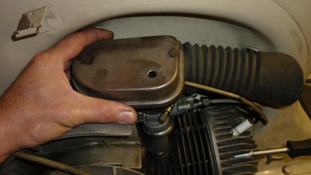 soltamos el filtro de aire, para acceder al carburador