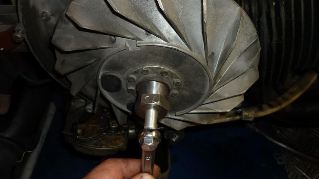 una vez quitada la tuerca, utilizamos un extractor para sacar el volante