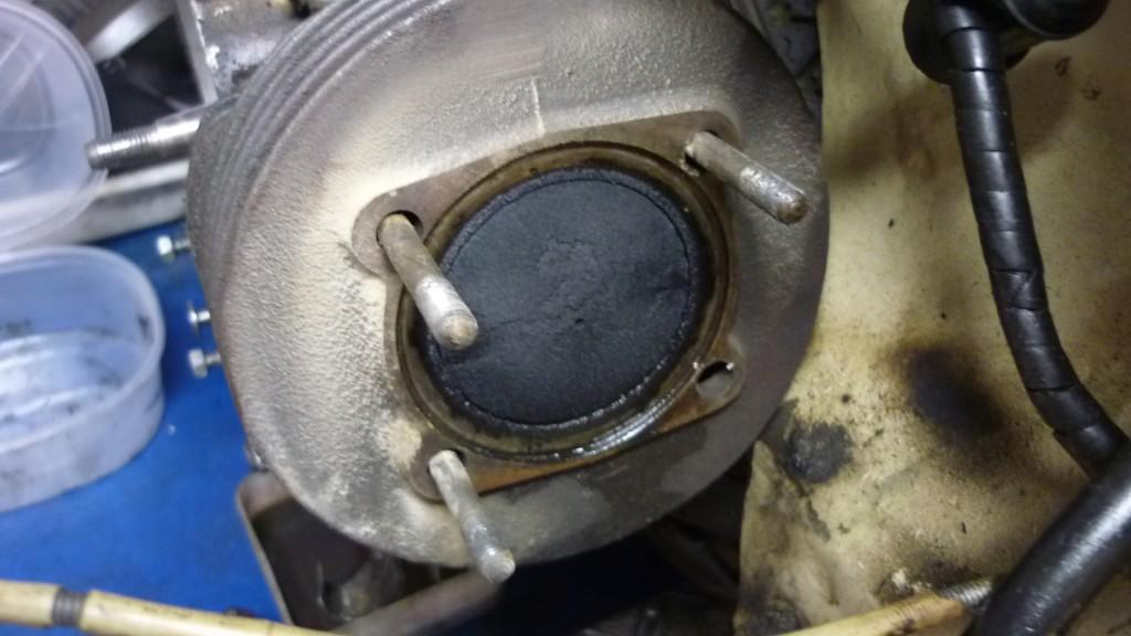 el cilindro tropieza contra la chapa del bastidor, y para sacarlo tenemos que sacar los esparragos, o soltar el motor del chasis.