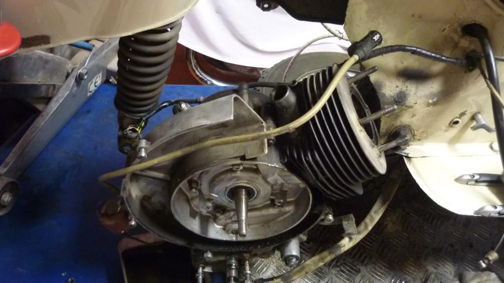 soltamos el amortiguador y quitamos la rueda trasera, para trabajar con comodidad