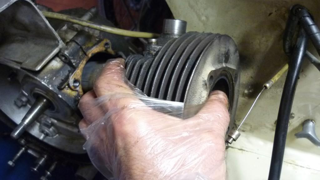giramos el cilindro sobre el pistón y ya sale sin tropezar con el chasis