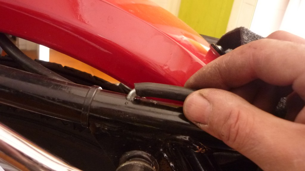 para ajustar un poco más, forramos el anclaje con un trozo de macarron de gasolina