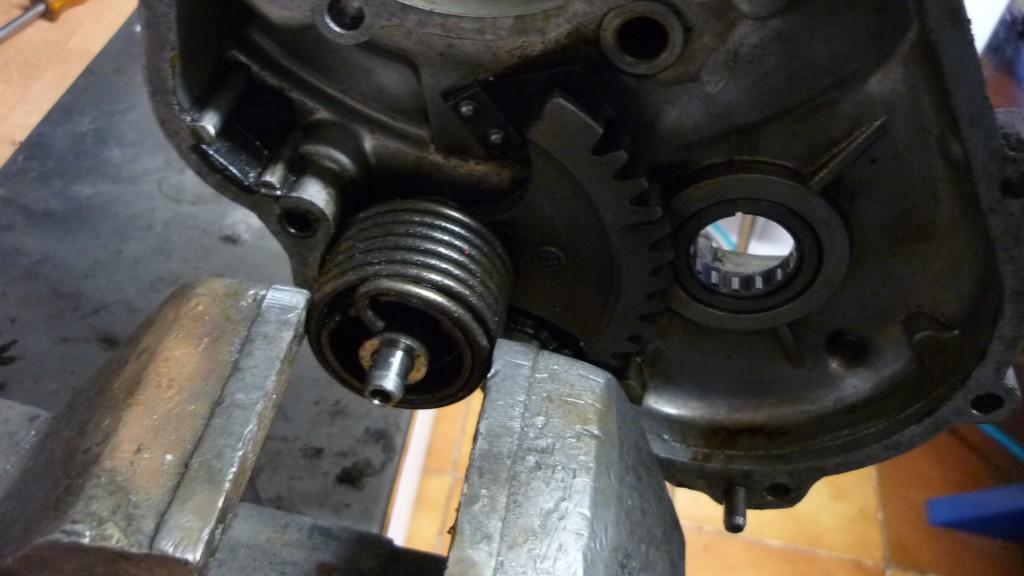 para soltar el muelle de retroceso del pedal, nos ayudamos del tornillo de banco para sujetarlo y girar hacia atras