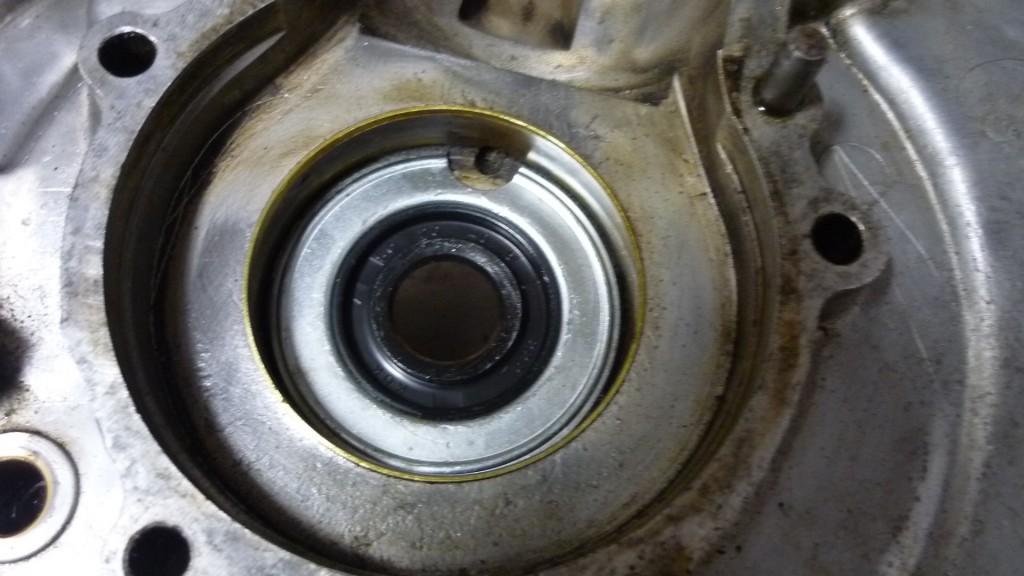 fijaros que los retenes guardan posición, tiene que coincidir el rebajo del borde, con la entrada de aceite al rodamiento