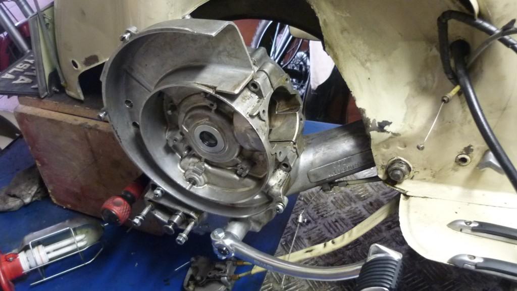 pero antes, hacemos una prueba de que cierra bien el motor, ayudandonos el pedal de arranque para que encaje el piñon intermedio de arranque