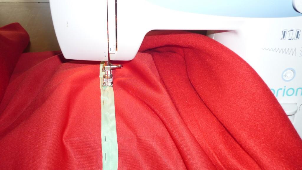 sujetamos las fundas de varilla con alfileres a la tela y la cosemos