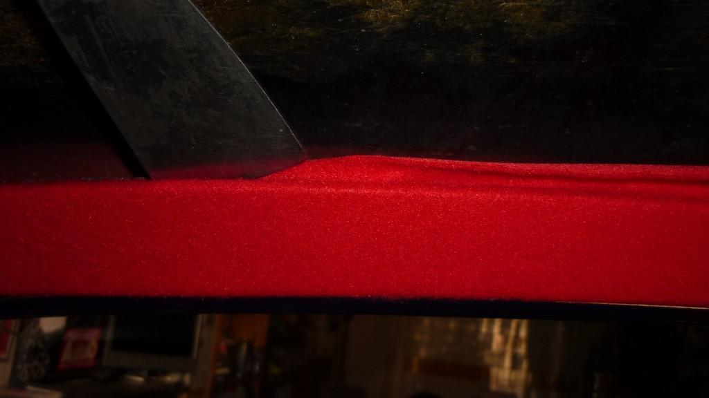 una espatula nos ayudara a meter la tela por detras del panel, y como tiene cola de contacto, se pegara sola