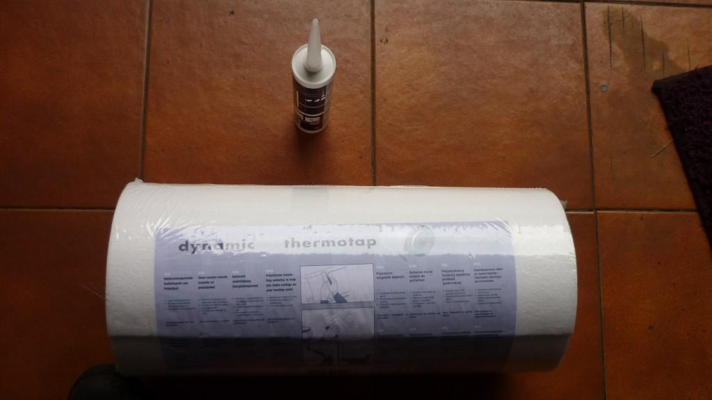 para aislar un poco el techo, vamos a utilizar un rollo de poliuretano de 4mm de grueso, pegado con su cola especial