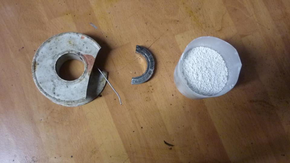 utilizare  escayola para hacer el molde, y una aleación de estaño y plomo como fundente para derretir, es fácil de calentar y luego podemos retocarlo