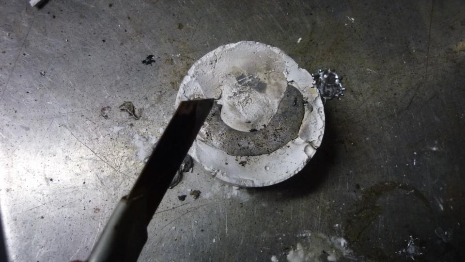 aprovechando que esta liquido, con la ayuda de un cutter retiramos el sobrante de la superficie, asi tenemos menos que retocar