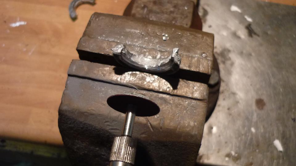 con la ayuda de una dremel, quitamos el sobrante y le damos los retoques necesarios para que ajuste como el original
