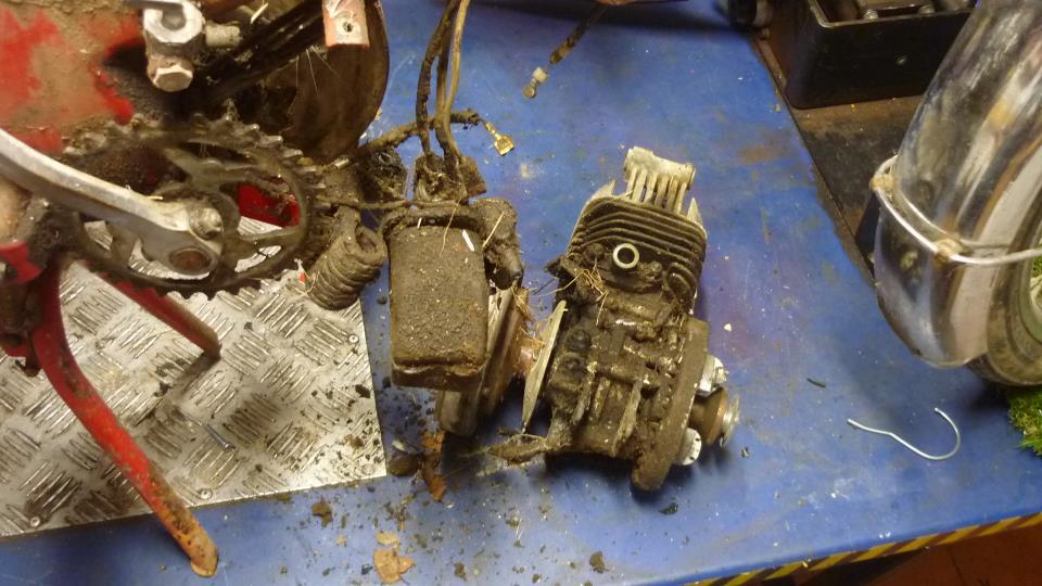 una vez suelto el tornillo que sujeta el motor al bastidor, y el tornillo inferior, nos queda suelto el motor, y dejamos el carburador colgando del chasis
