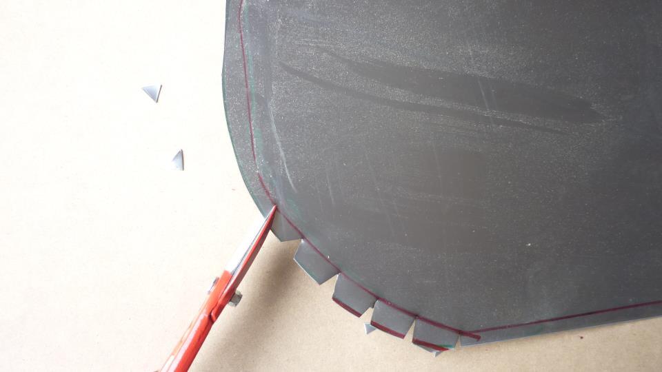 con unas tijeras de chapa  recortamos las zonas de curvas y asi facilitar su doblaje