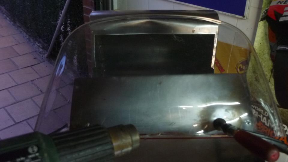 he aprovechado una visera rota para hacer un parabrisas y con ayuda de calor darle la forma adecuada