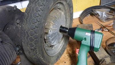 quitamos la rueda del motor, y asi poder limpiarlo mejor