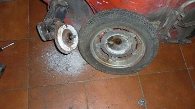 a fuerza de maza de goma y con cuidado, desencajamos la rueda