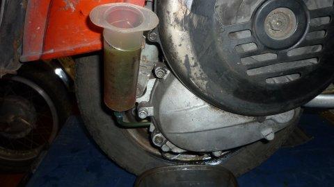 con la ayuda de una jeringa grande, cambiamos el aceite del motor
