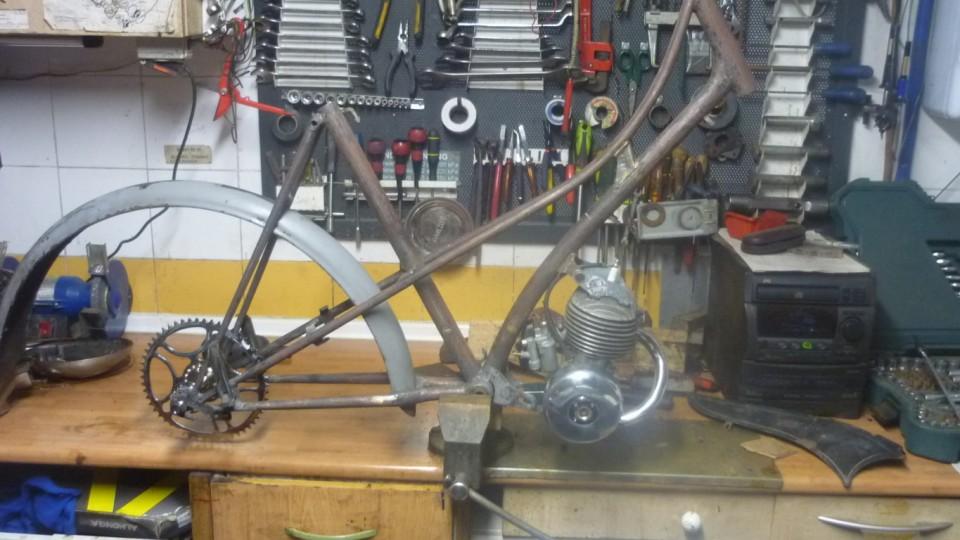 para poner los soportes de las tapas laterales, necesitamos tener puesto el motor y algunas piezas donde puede rozar la cadena