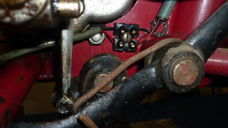 los cables del motor están conectados en una clema del chasis al lado de la cadena