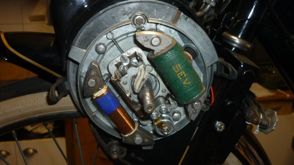 con la llave del 14 soltamos el plato y queda a la vista las bobinas