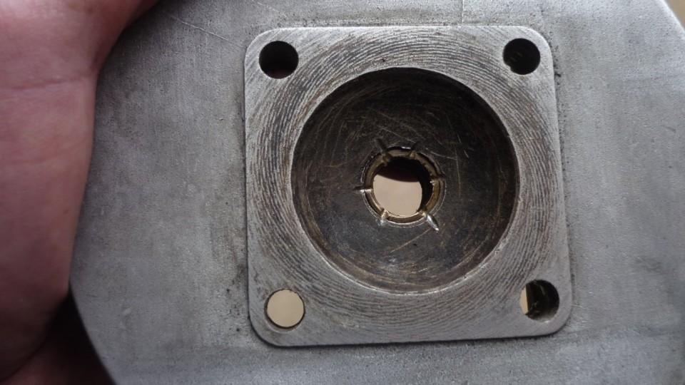 el casquillo queda sujeto por el interior de la culata