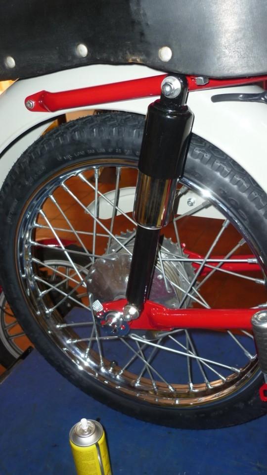 montamos los amortiguadores traseros y la rueda