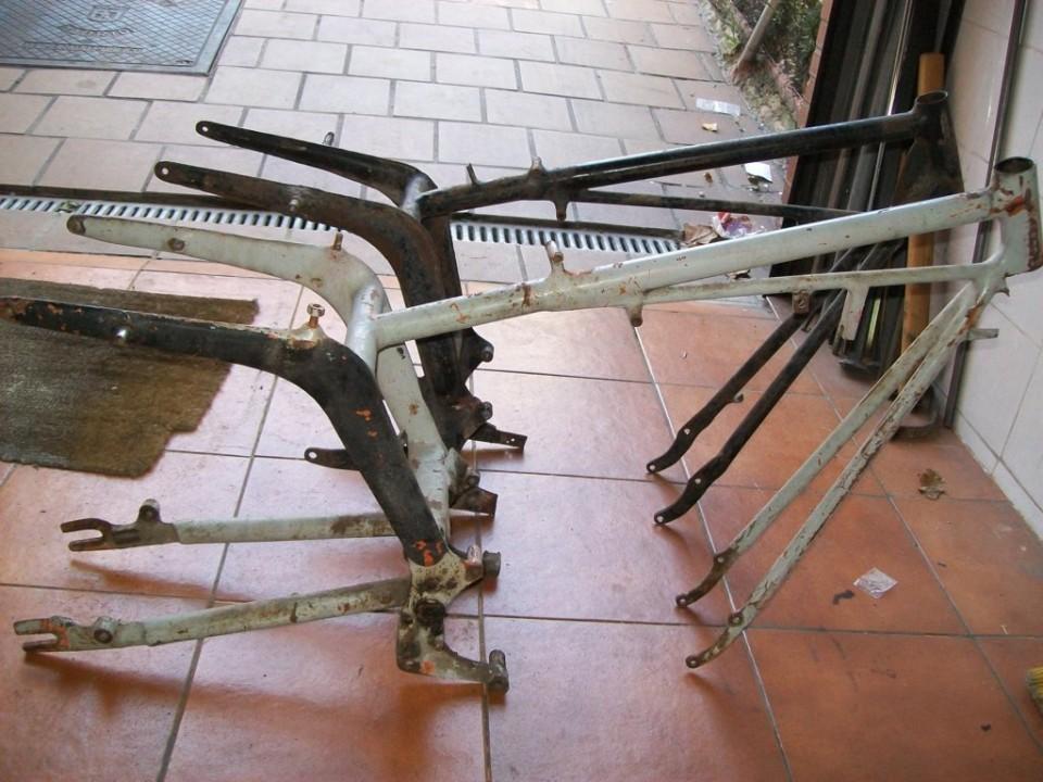el bastidor gris esta completo pero es asiento monoplaza y mas antiguo