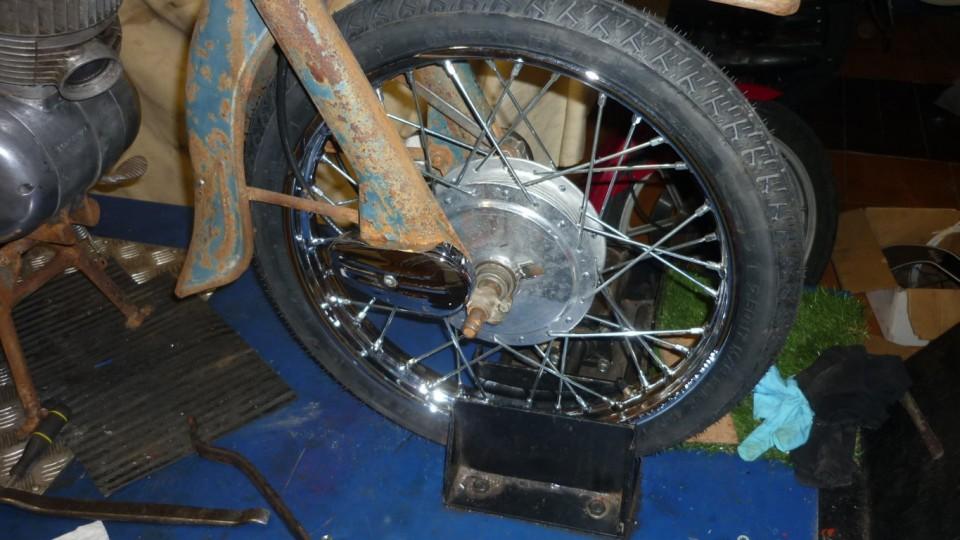 montamos las ruedas con radios, cámaras y cubiertas nuevas