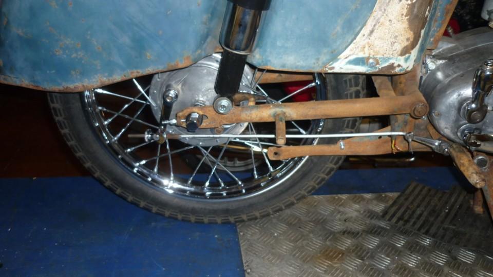 lo mismo en la rueda trasera, incluso ya están los amortiguadores traseros