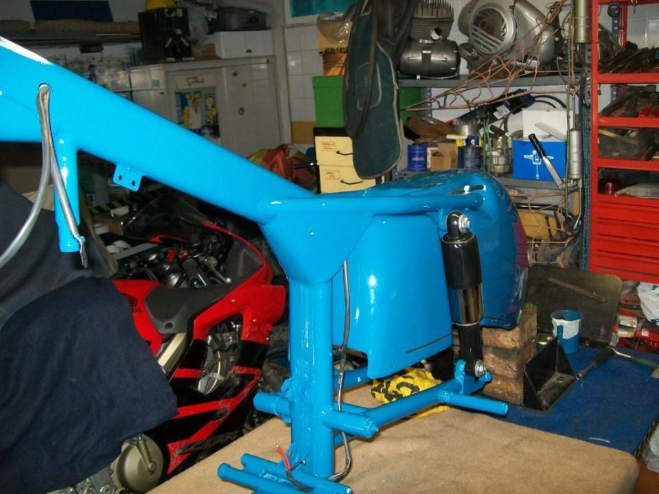 antes de poner la rueda trasera, pasamos la instalación eléctrica por todo el bastidor