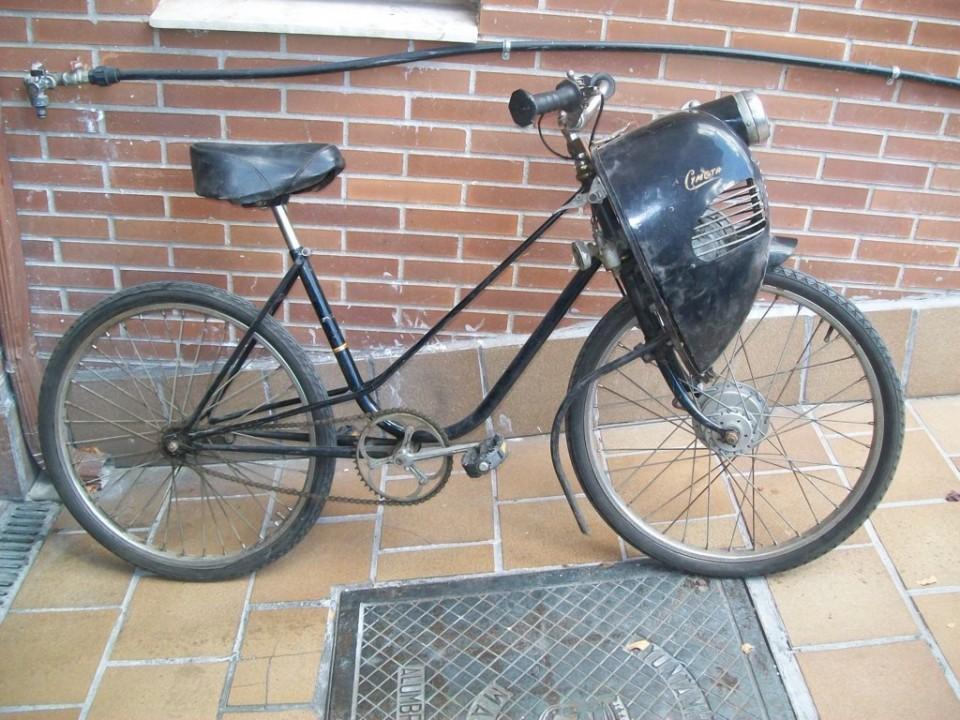 Se encuentra montado en una bicicleta BH, con freno trasero al invertir el giro en los pedales