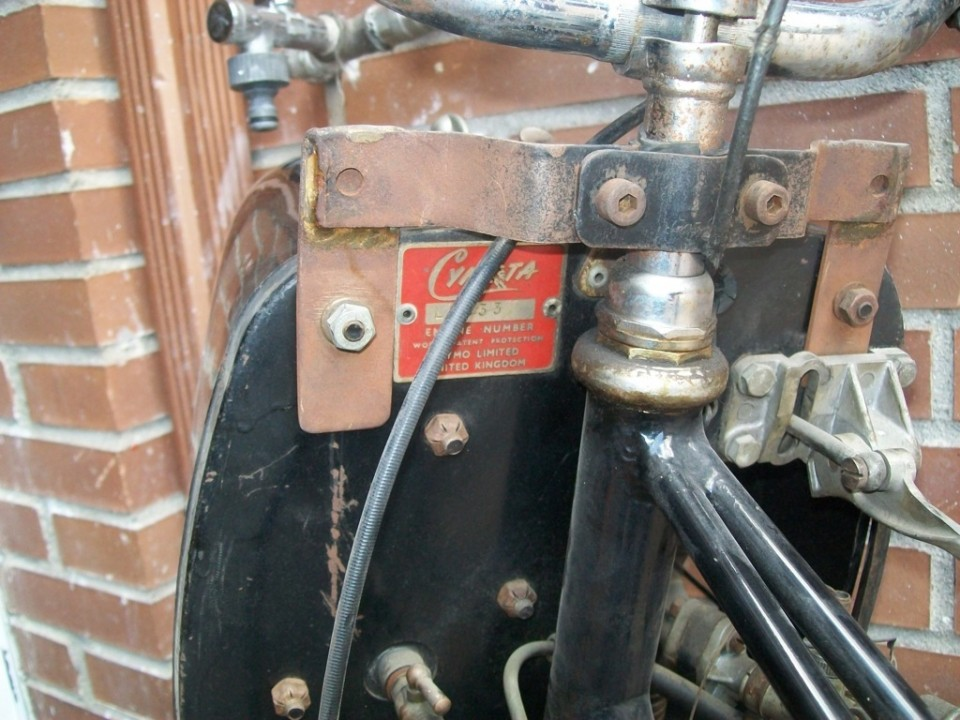 la llave de gasolina esta abajo a la izd