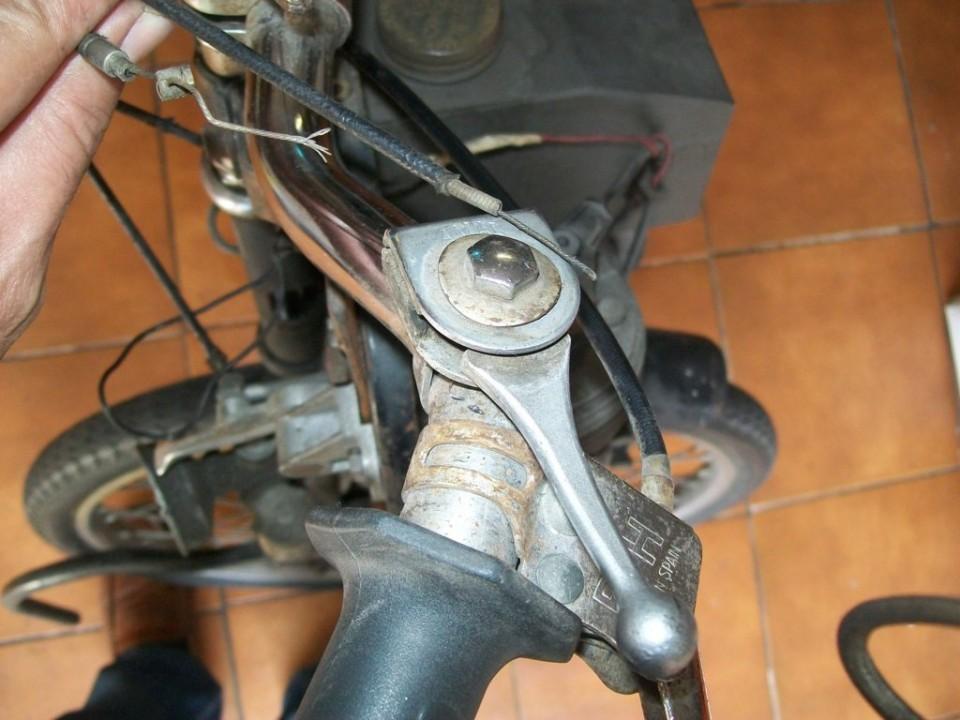 el mando de acelerador, al girar en sentido contrario acciona el descompresor