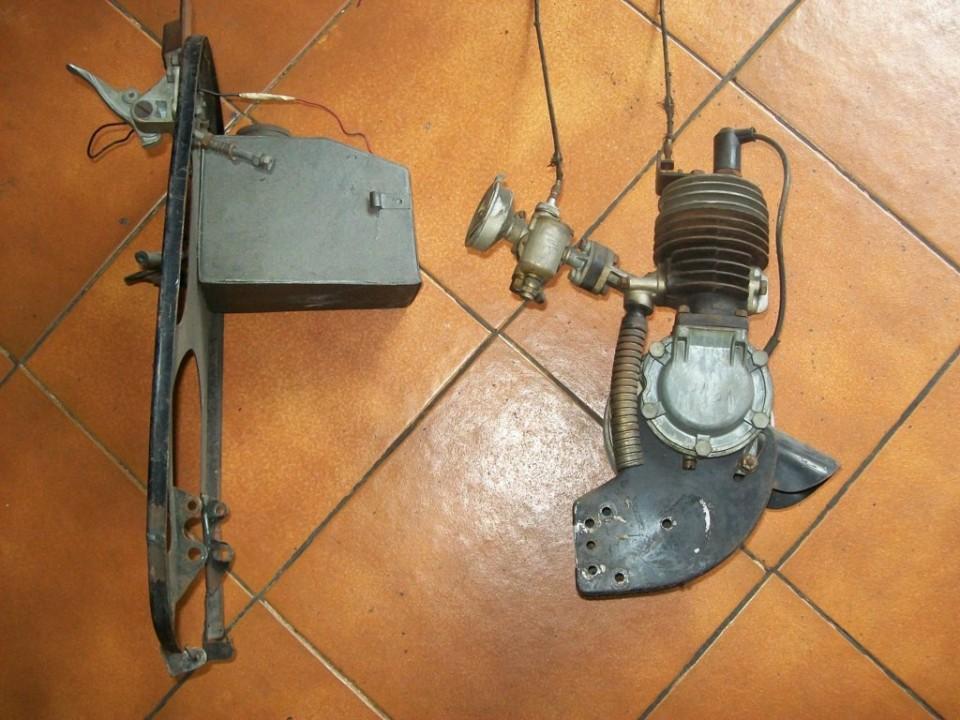la  chapa con el deposito y el motor por otro lado