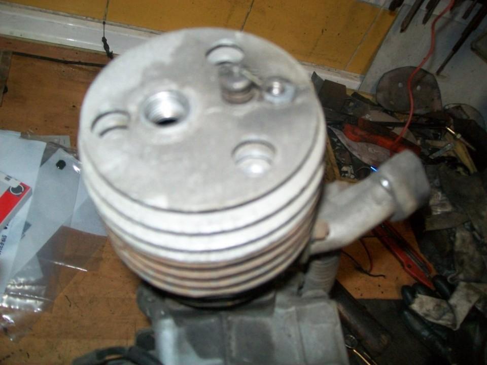 soltamos el descompresor y los tornillos de la culata