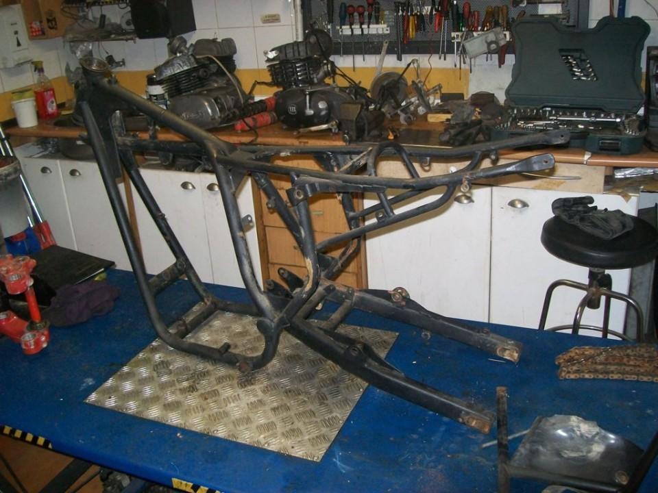 el bastidor desnudo, se puede ver que no lleva los arcos de protección del motor