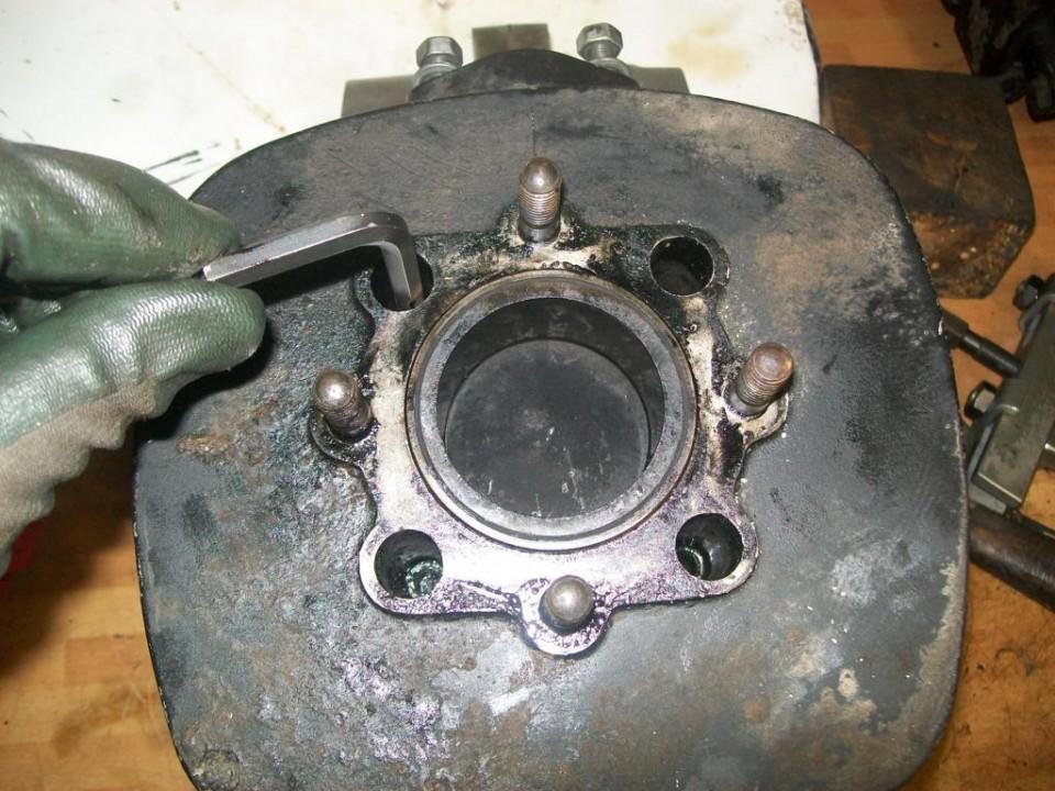 el cilindro esta sujeto por cuatro cilindros de llave allen