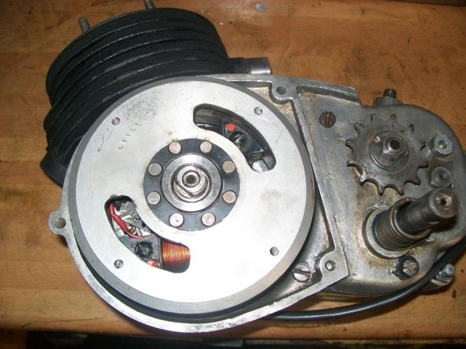 montamos el volante, y aprovechamos para hacer la puesta a punto del encendido, colocando los platinos en apertura a 3,5mm del PMS