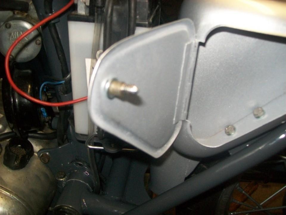 con un trozo de macarron transparente, bloqueamos el tornillo de cierre por dentro, asi evitamos perderlo cuando se abre la puerta