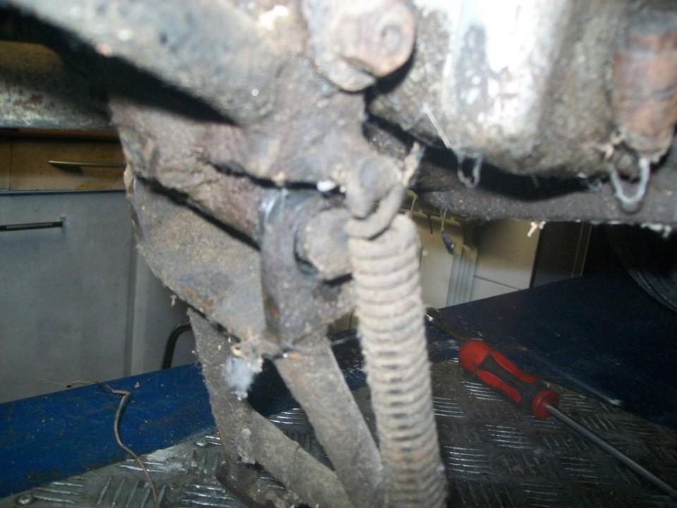 el problema está en la holgura que tiene el eje del caballete, con el uso del pedal de arranque, situado en ese lado, se ha ido desgastando.