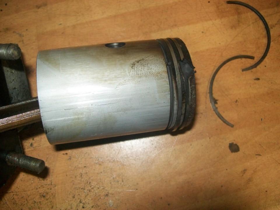 han salido segmentos rotos del piston, y un trozo ha salido por arriba, rompiendo la cabez del piston, tendremos que sustituirlo