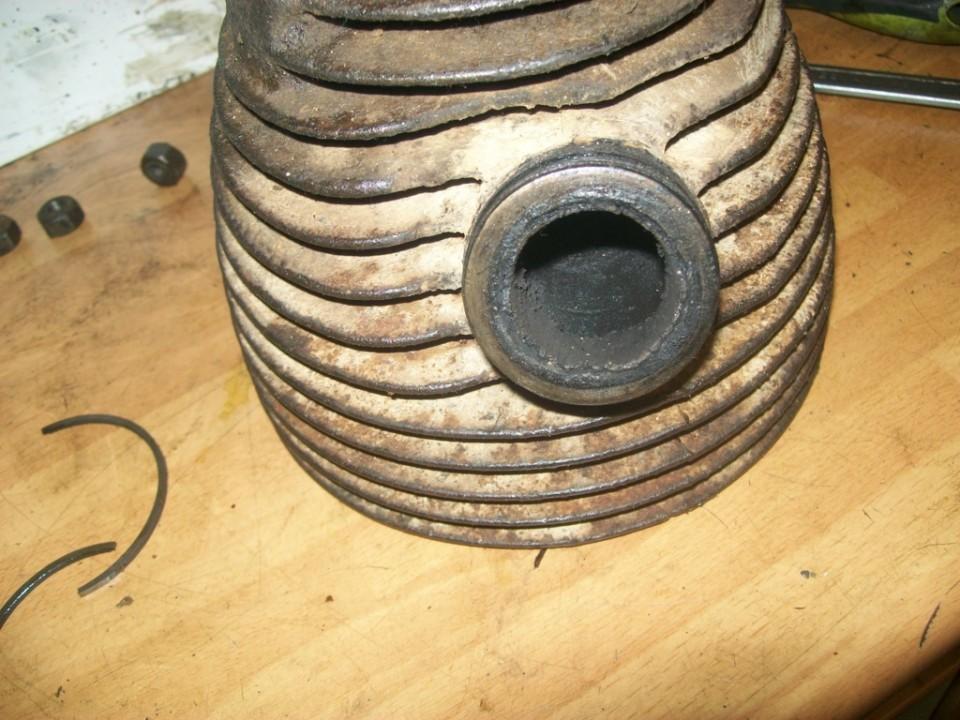 quitamos el cilindro, y vemos como esta lleno de carbonilla en la tobera de escape