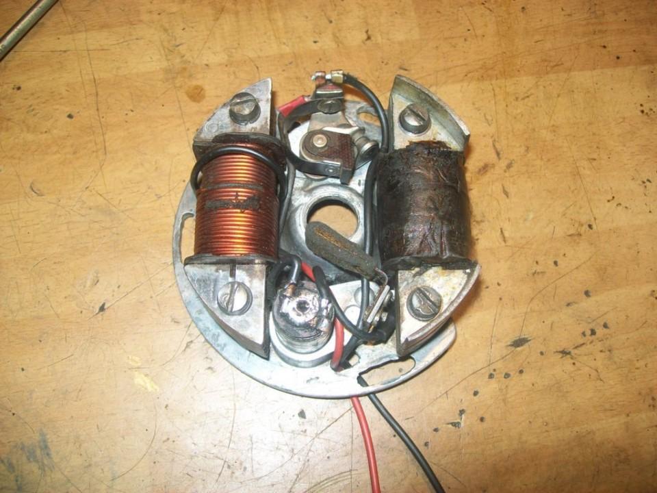 Este cable sale desde los platinos hasta el pulsador de pare en el manillar