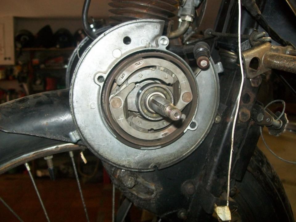 a la vista el embrague centrifugo, tenemos que sacar primero el rodamiento para llegar a su tuerca