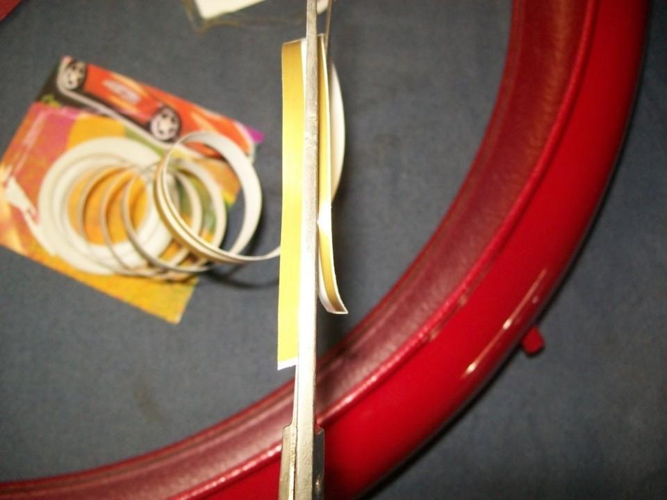 vamos a filetear en dorado algunas de las piezas, y utilizamos una cinta doble, que cortamos por la mitad y separarmos
