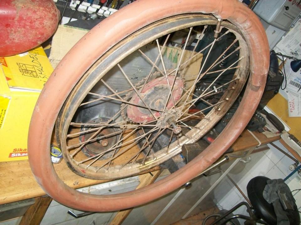 desmontamos las ruedas para sacar los bujes, esta todavía tiene una cámara antigua de bici....