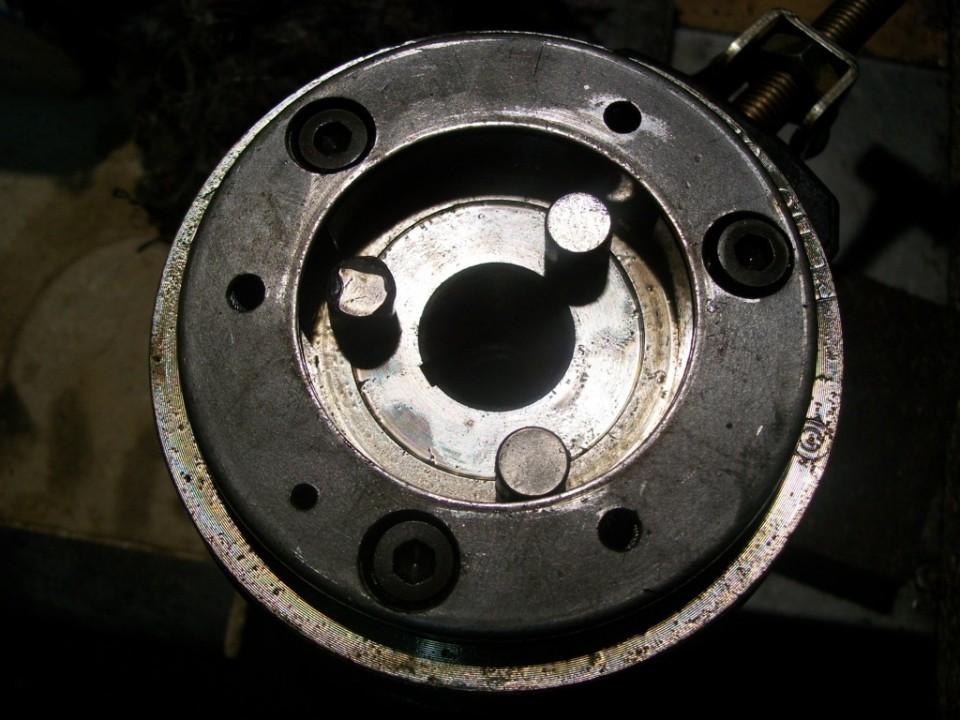 por detras del rotor, encontramos el sistema de embrague con el piñon final del arranque, son tres cilindros que llevan unos muelles para retenerlos en su sitio, y al girar hacia delante bloquean y arrastran.