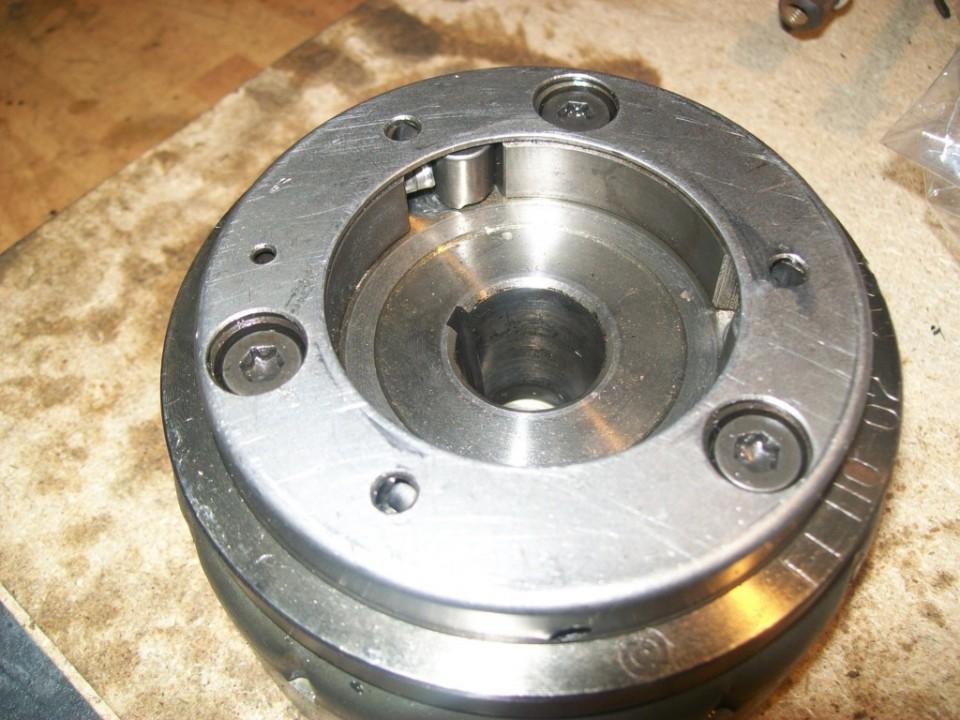 atprmillamos esta pieza sobre la trasera del rotor, y le ponemos sus rodillos