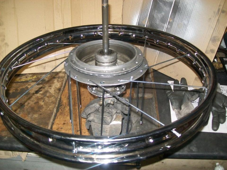 montamos la llanta y radiamos la rueda, como ya hemos explicado varias veces.
