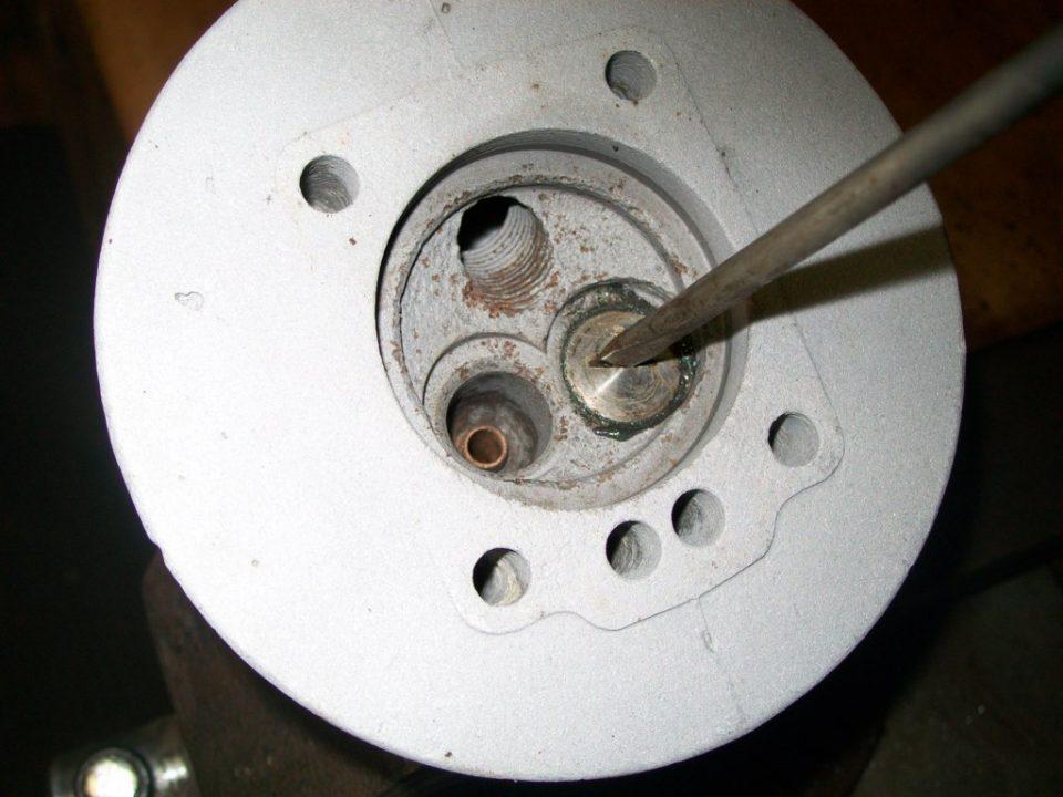 pasta esmerilar, la valvula y con la ayuda de un destornillador, a dar vueltas